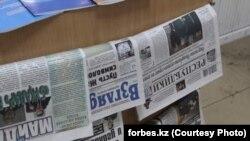 На газетном прилавке в Алматы.