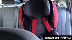 Дослідники кажуть: дитячі крісла в авто використовують лише для 12% українських малят до 6 років, та майже ніколи – для старших дітей