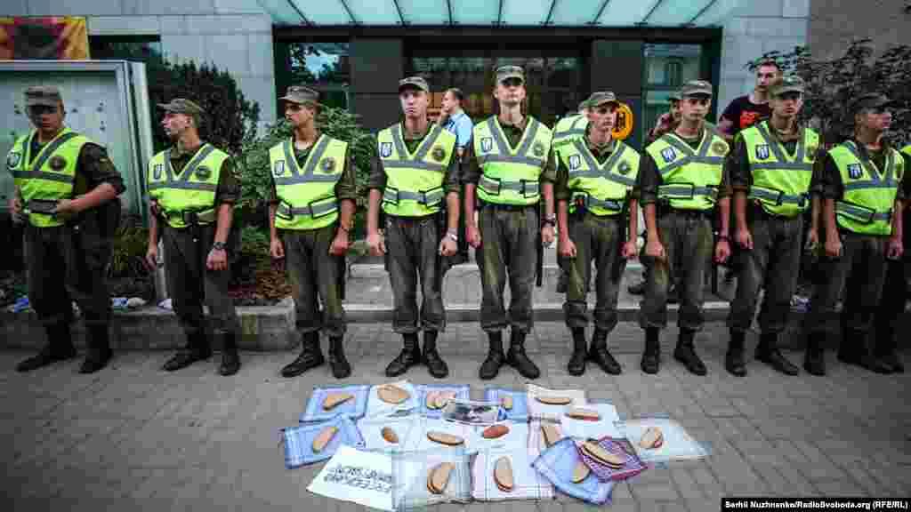 Собравшиеся выложили куски хлеба возле кордона охраны и поместили в центр фото украинского режиссера