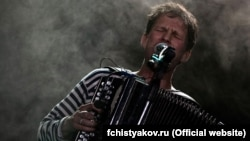 Fyodor Chistyakov plays at a concert in Kyiv in 2010.