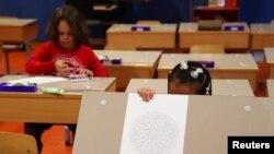 Децата в Женева, Швейцария, вече се връщат в училище, след като от понеделник властите облекчиха допълнително мерките, въведни за борба с COVID-19