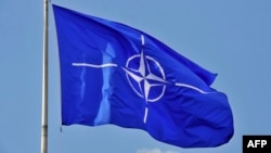 Флаг НАТО над штаб-квартирой в Брюсселе. Иллюстративное фото.