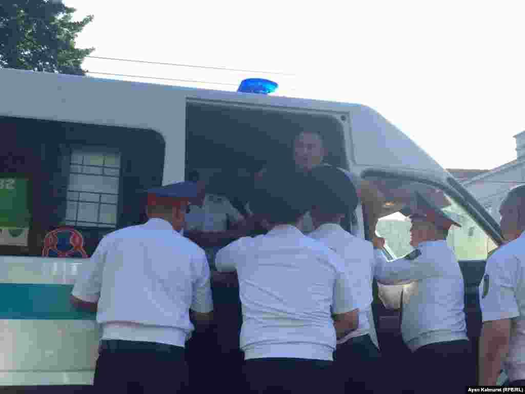 Полицейские погружают в автозак задержанного. Они не объяснили Азаттыку, по каким причинам было проведено задержание. Алматы, 6 июля 2018 года.