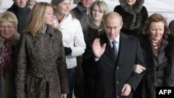 Президент России Владимир Путин с супругой Людмилой и дочерью Марией на пути к избирательному участку в день парламентских выборов. 2 декабря 2007 года.