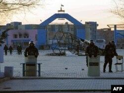 Тәуелсіздік алаңын күзетіп тұрған полиция жасағы. Жаңаөзен, 18 желтоқсан 2011 жыл.