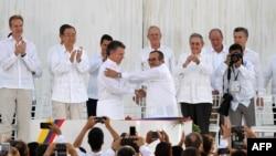 رئیسجمهوری و فرمانده شورشیان دست میدهند