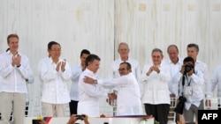 Президент Хуан Мануэл Сантос жана ФАРК кыйимылынын лидери Тимоченко тынчтык келишимге кол койгон учур. 26-сентябрь, 2016-жыл.