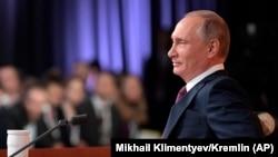 Orsýetiň prezidenti Wladimir Putin Kremlde geçiren ýyllyk metbugat-konferensiýasynda, Moskwa, 14-nji dekabr, 2017.