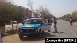 Фердауси ауылындағы мектеп маңында тұрған полиция көлігі. Фердауси ауылы, Түркістан облысы, 4 қыркүйек 2018 жыл.