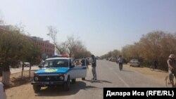 Полицейский автомобиль у здания школы на юге Казахстана. Иллюстративное фото.