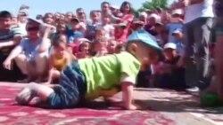 В Оше прошли соревнования среди малышей по ползанию на скорость