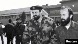 Непризнанная Республика Сербская Краина. Горан Хаджич (в центре) в Окучанах. Апрель 1993 года