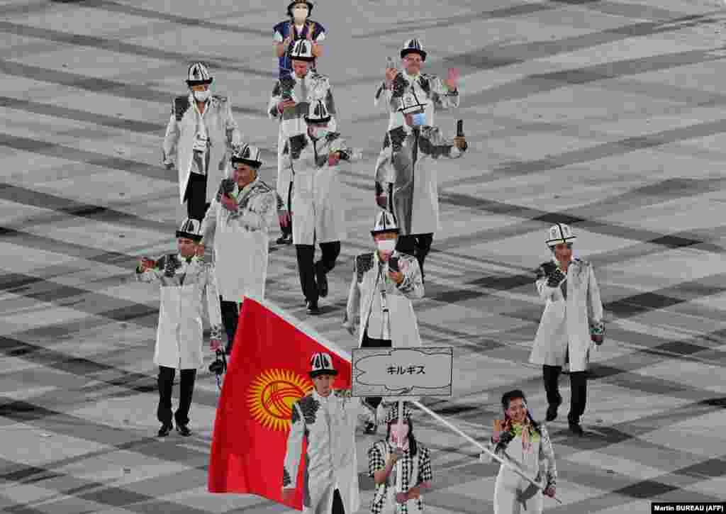 16 кыргыз спортчусу Токиодогу оюндарга катышууда. Алардын ичинен эркин күрөштөн 5, грек-рим күрөш боюнча 4, жеңил атлетикадан 2, оор атлетикадан, сууда сүзүү, ок атуу, фехтование жана дзюдодон бирден спортчу Олимпиадага жолдомо алышкан.