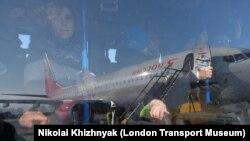 Пассажиры в салоне аэродромного автобуса