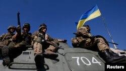 Українські військовослужбовці на бронетранспортері, Первомайськ, 17 вересня 2014 року