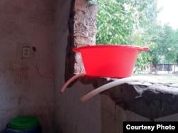 Прачечная и тазик для стирки. а на улице вода в баклажке, если солнце, то теплая.
