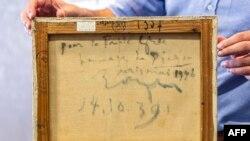 """Надписът на гърба на картината """"Глава на жена"""". Ясно се четат думите """"на гръцкия народ"""". Картината е нарисувана през 1939 и подарена през 1946 г."""