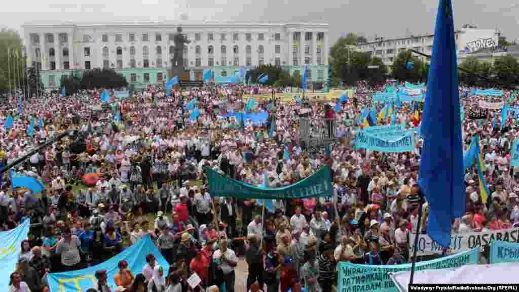 Рік 2013-й, Сімферополь, площа Леніна. За рік до окупації Росією Криму кримські татари вільно збираються, щоб вшанувати загиблих жертв депортації.