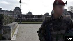 Një ushtar duke qëndruar roje sot para muzeut Louvre në Paris