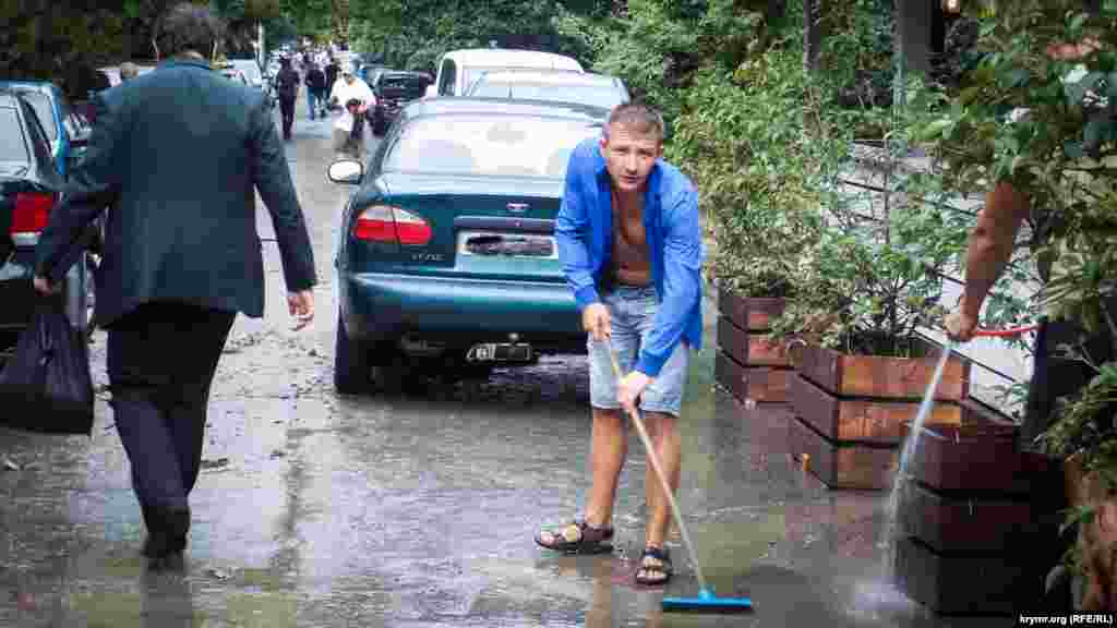 Владельцы кафе по мере сил ликвидировали последствия грязевого потока на улицах