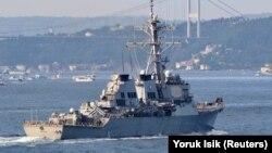 Эсминец ВМС США с управляемыми ракетами USS Ross плывет по проливу Босфор на пути к Черному морю, Стамбул, 26 июня 2021 года