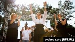 Светлана Тихановская, Вероника Цепкало (слева), Мария Колесникова (справа) выступают на предвыбороном митинге перед 20 тысячами белорусов. Брест, 2 августа