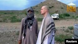 Кадр видеозаписи, показывающей сержанта армии Боу Бергдала (справа) в момент освобюождения из плена.