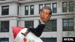 Аргументы администрации Джорджа Буша (на ракете) не убеждают многих