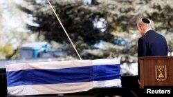 Kryeministri Benjamin Netanyahu duke e nderuar kufomën e ish-presidentit izraelit Shimon Peres gjatë ceremonisë së sotme të varrimit në Jerusalem