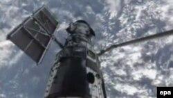 Сүрөттө: Космос мейкиндигине чыгарылган Hubble космос телескобу. 2009-жылдын 13-майы. NASA.