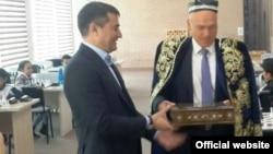 Сообщается, что российский бизнесмен Андрей Филатов (справа) и председатель правления НХК «Узбекнефтегаз» Алишер Султанов знакомы давно и состоят в дружеских отношениях.