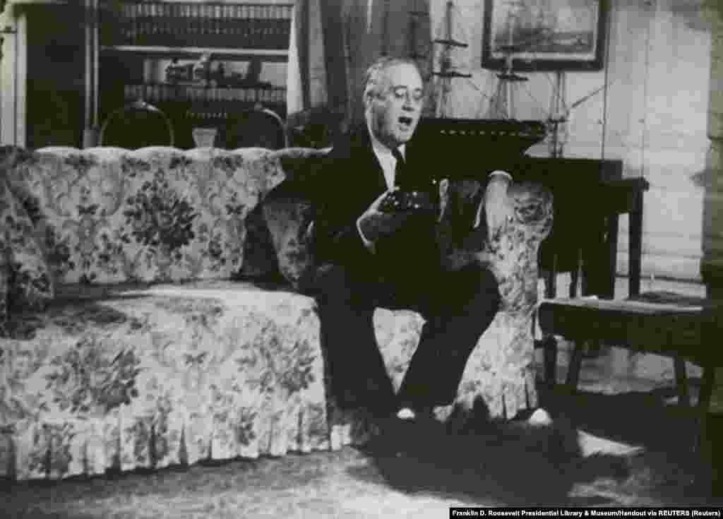 1943 год. Франклин Рузвельт, 32-й президент Соединенных Штатов, вместе со своей собакой Фалом (порода: шотландский терьер) в кабинете Белого дома