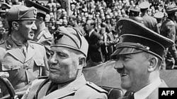 İtalyan diktatoru Mussolini (solda) və Hitler. Münxen, 1940