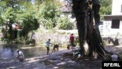 Učesnici omladinskog kampa organizovali su i akciju čišćenja rijeke Bregave, Foto: Tina Jelin