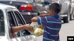Hondurasda uşaq meyvə satır