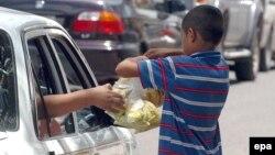 Fëmijë duke shitur në rrugë...