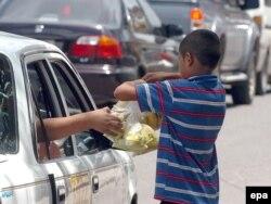 Мальчик торгует фруктами на улице. Тегусигальпа, Гондурас