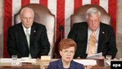 В случае отставки Тима Джонсона голос президента сената Дика Чейни (слева вверху) может оказаться в палате решающим