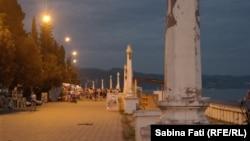 В ночь на четверг за три часа в Сухуме выпало 240 мм осадков, в то время как месячная норма составляет всего 120 мм. Все это сопровождалось шквалистым ветром