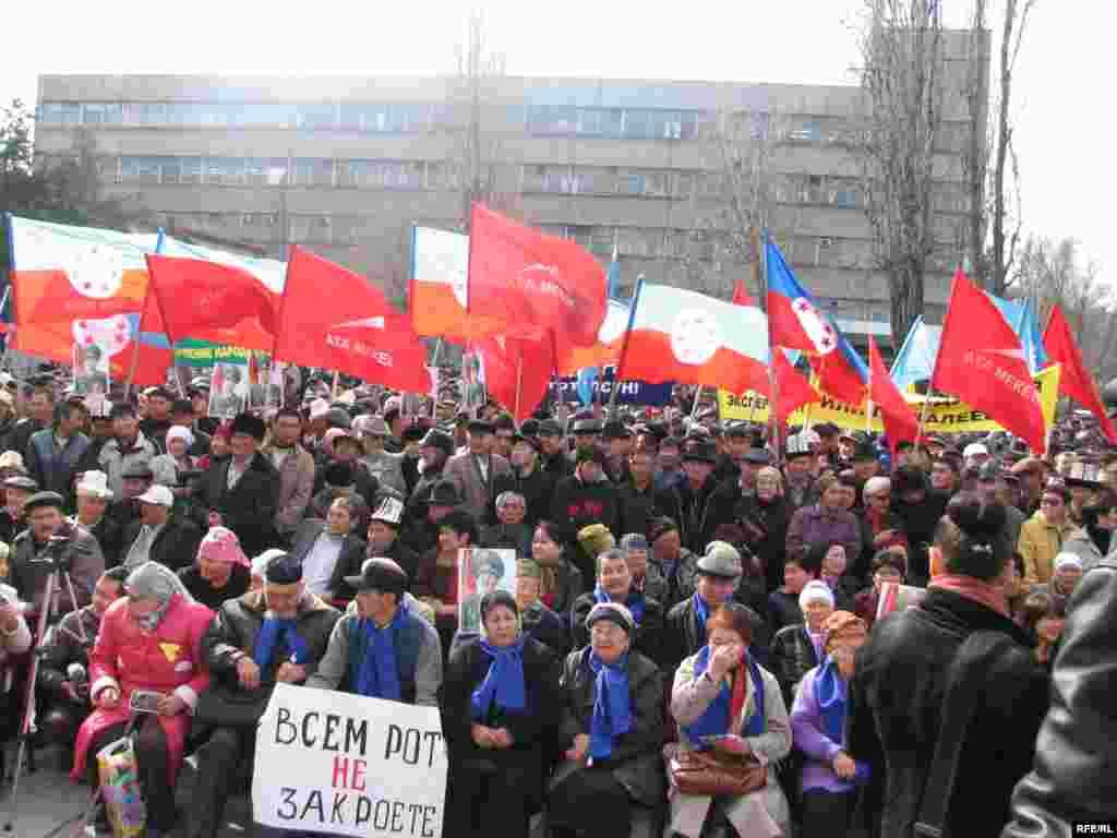 Бишкекте «Медиа-форум» комплексинин алдында оппозициялык күчтөрдүн Элдик курултайына үч миңдей адам чогулду.