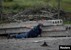 Сапер дистанційно підриває залишки мінометних снарядів, Семенівка, 9 липня 2014 року