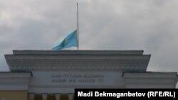 Төмен түсірілген Қазақстан туы. Алматы, 5 маусым 2012 жыл.