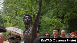 Денис Тенге арналған ескерткіш. Алматы, 22 маусым 2019 жыл. ҚазТАГ агенттігінің суреті.