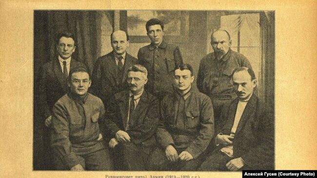 Реввоенсовет Пятой армии 1919-1920 гг. Иван Смирнов (второй слева) сидит рядом с Тухачевским.