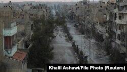 نمایی عمومی از خیابانی در دیر الزور در فوریه ۲۰۱۴؛ دیر الزور از سال ۲۰۱۴ در محاصره نیروهای داعش بوده است.
