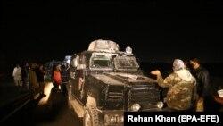 پاکستان: پولیس په کراچۍ کې د هغه ځای لیدنه کوي چې یوه ځانوژونکي برید د ملیر پولیسو مشر اېس اېس پي راو انور پکې په نښه کړ. ۱۶م جنوري ۲۰۱۷