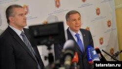 Сергей Аксенов (с) һәм Рөстәм Миңнеханов Акмәчеттә очрашканнан соң журналистлар сорауларына җавап бирә. 5 март 2014