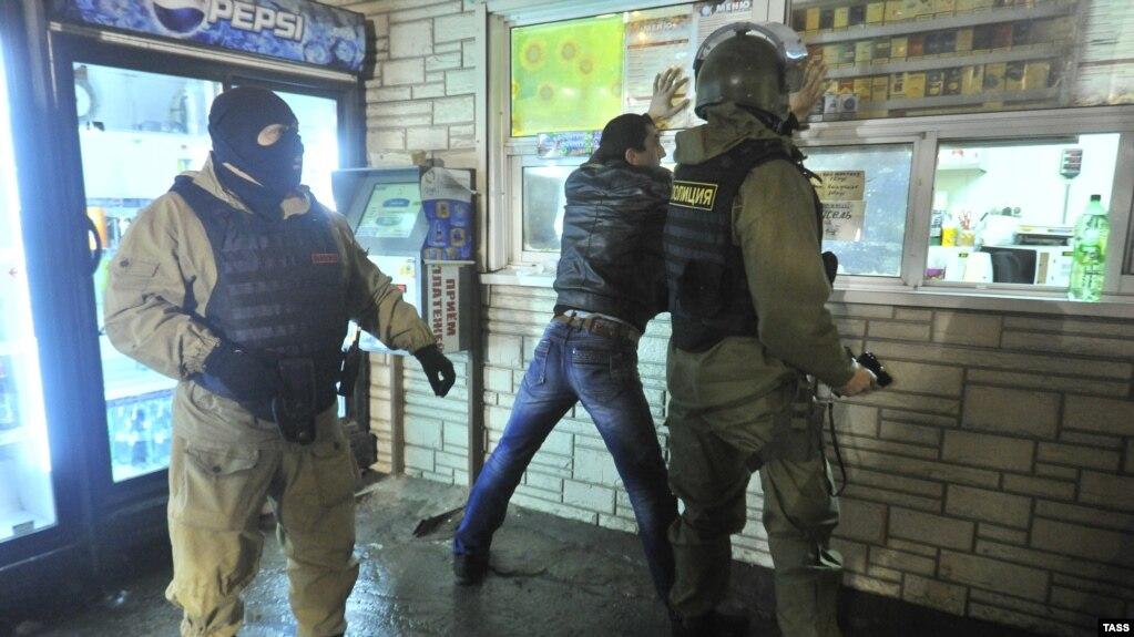 В Щербинке сотрудники ОМОН избили мигрантов из Таджикистана