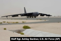 یکی از شش فروند بی-52اچ اعزامی تیپ پنجم بمب افکن نیروی هوایی آمریکا در پایگاه العدید در قطر که در ماموریت های افغانستان در روزهای کنونی شرکت دارد.