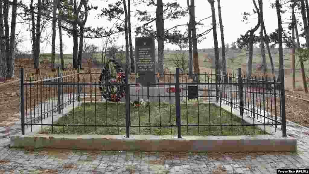 345-inci atıcılar diviziyasınıñ qardaş mezarı. 1941 senesi oktâbr ayında erkânında 24% oset, 18% çeçen, 7,5% dağıstanlı ve 38,3% slav bar edi
